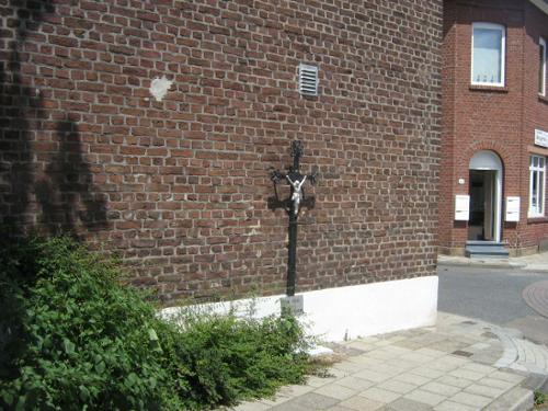 kruis tegen muur