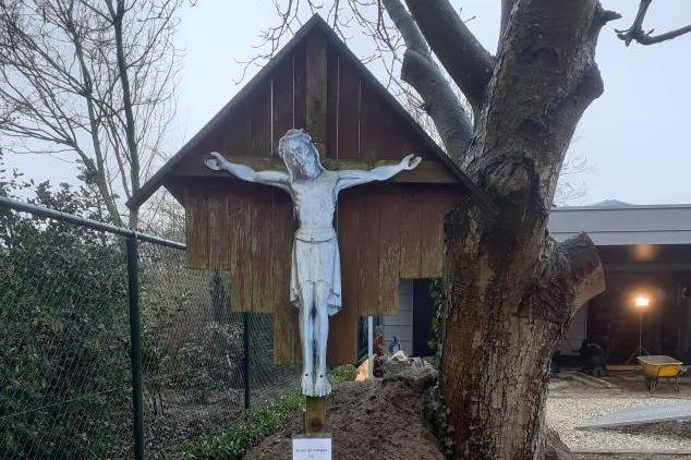 Maasniel - Kruis Wijershof wordt gerestaureerd
